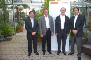 V.l.n.r.: Hiroshi Nakamura (Director, General Manager, Planning Division), Bernd M. Stütz (CEO LEWA GmbH), Dr. Andreas Höhler (CTO LEWA GmbH) und Naota Shikano (General Manager, Business Promotion Department, Pump Division). (Foto: LEWA)