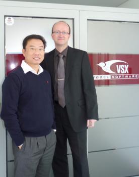 Freuen sich auf ein weiteres erfolgreiches Jahr: Max Chiew (links), General Manager von Euroflo Pumps International und Jens-Uwe Vogel, Geschäftsführer von VSX. (Foto: VSX - Vogel Software)