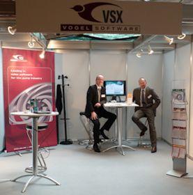 Die Firmengründer Hanns-Henrik Vogel (rechts) und Jens-Uwe Vogel, hier auf dem Pump Users International Forum 2012 in Düsseldorf, freuen sich über den langjährigen Erfolg ihrer Softwarelösung für die Pumpenindustrie. (Foto: VSX)