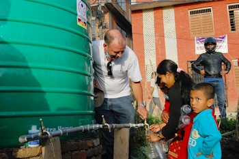 Inhabitants of the camp in Bhaktapur are using the water from the arche noVa tank. (Source: arche noVa - Initiative für Menschen in Not e.V.)