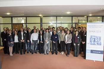 The participants join the VSX employees for a group picture at the beginning of the conference. (Image: VSX – VOGEL SOFTWARE GmbH)