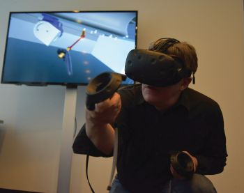 Service staff train the various maintenance operations for Scara manipulators with the aid of Virtual Reality <br>(Image: TEMA Technologie Marketing AG)