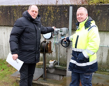 Jens Ulrik Jensen (left), Auma sales, and Søren Præstiin (right), plant manager at Måløv WWTP (Image: Auma)