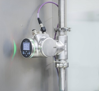 The FLOWave flowmeter enables the precise detection of changeovers between different liquid types during food production.