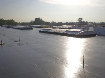 EPDM films for flat roofs: clean, flawless and tight (Image: Maag)