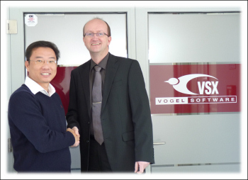 Freuen sich auf eine erfolgreiche Zusammenarbeit: Max Chiew (links), General Manager von Euroflo Pumps International und Jens-Uwe Vogel, Geschäftsführer von VSX – Vogel Software. <br />(Foto: VSX – Vogel Software GmbH)