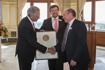 Dr. Klaus Hermsdorf erhält vom BTGA Rietschel-Diplom