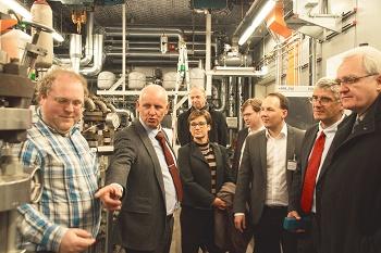 EU-Parlamentarier inspiziert neuen Pumpenprüfraum