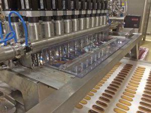Exzenterschneckenpumpen von Knoll dosieren Schokolade für Sandwich-Kekse